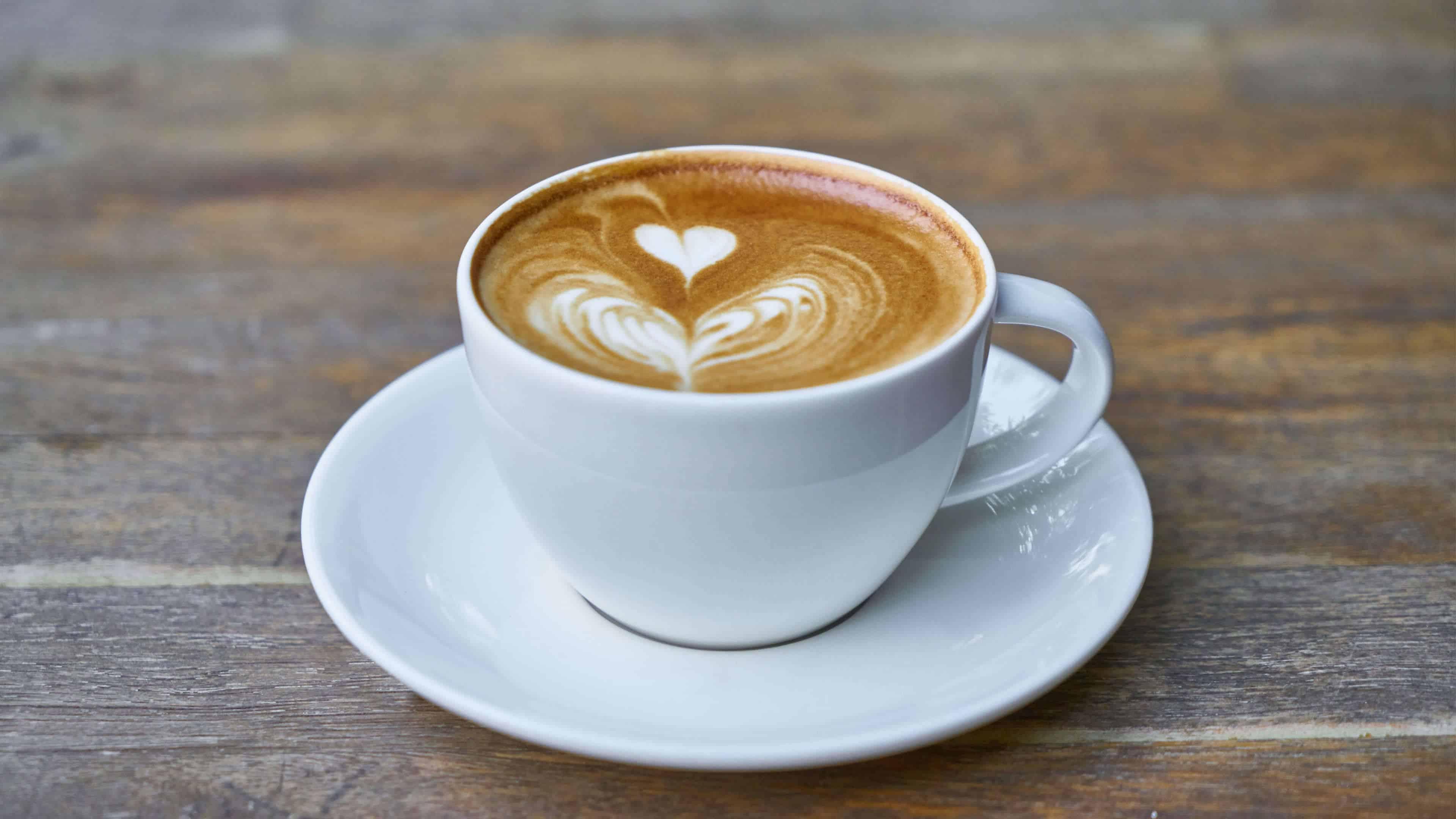 latte art wood table uhd 4k wallpaper
