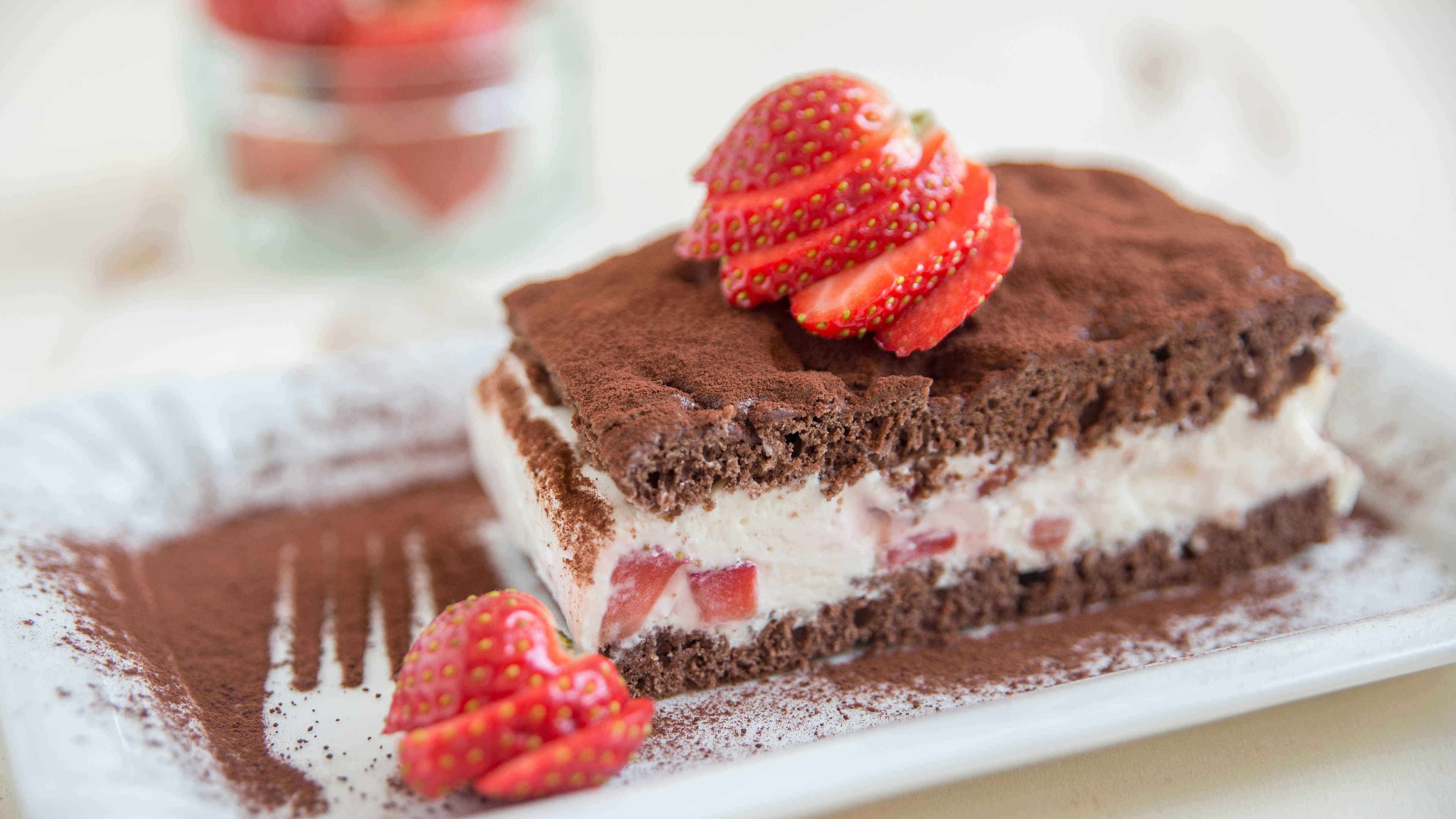 chocolate short cake with sliced strawberry uhd 4k wallpaper