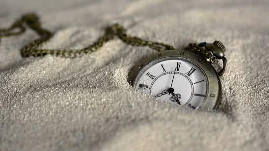 pocket watch in sand uhd 4k wallpaper